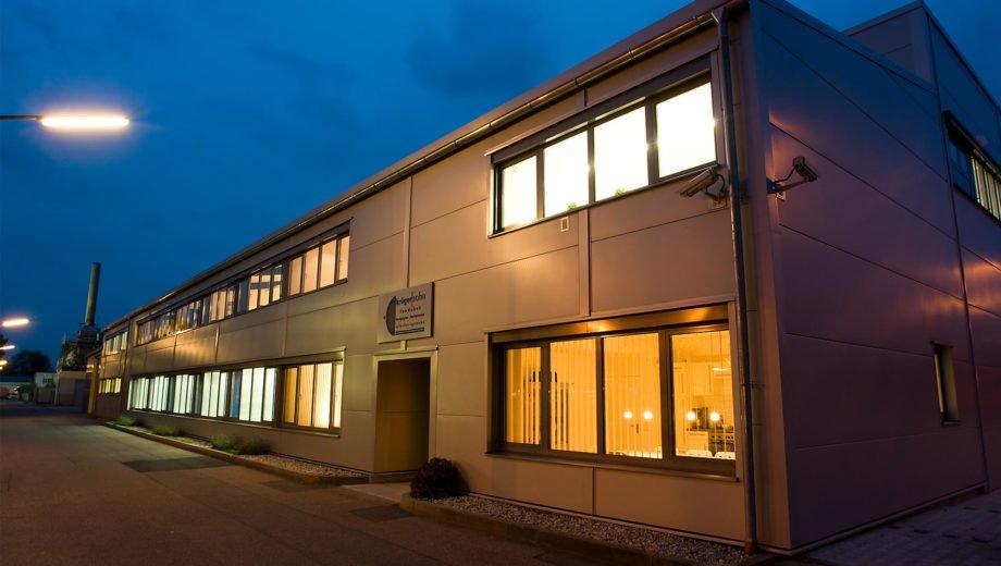 Firmengebäude von außen bei Nacht